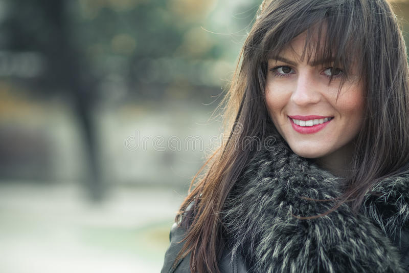 Ritratto di giovane donna di sorriso fotografia stock libera da diritti