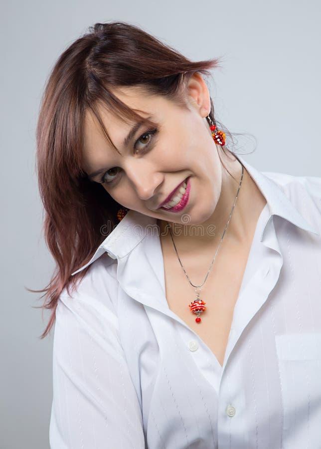 Ritratto di giovane donna felice fotografie stock libere da diritti
