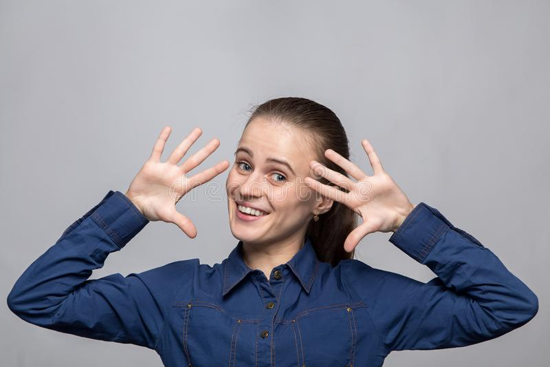 Ritratto di giovane donna felice immagini stock libere da diritti