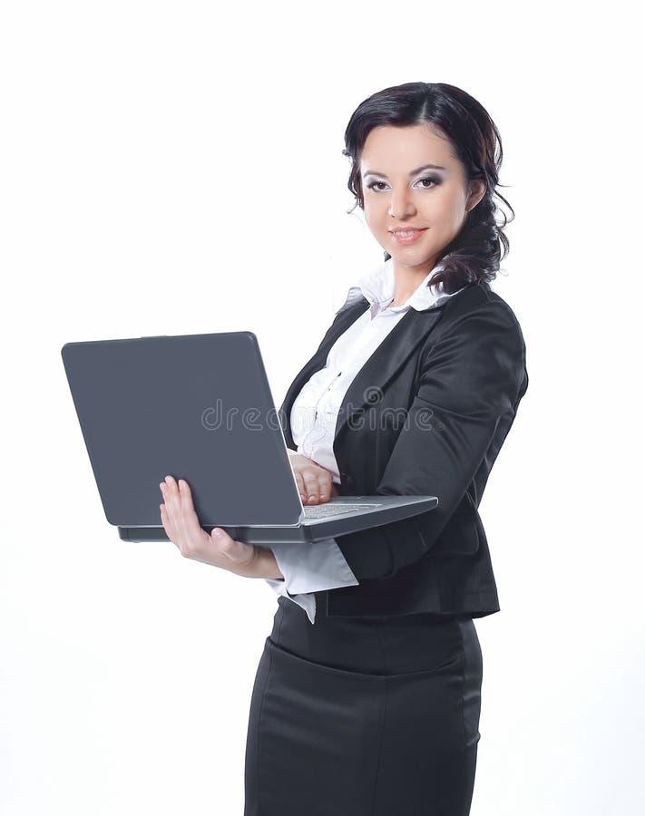 Ritratto di giovane donna felice di affari con un computer portatile sopra fondo bianco fotografie stock libere da diritti
