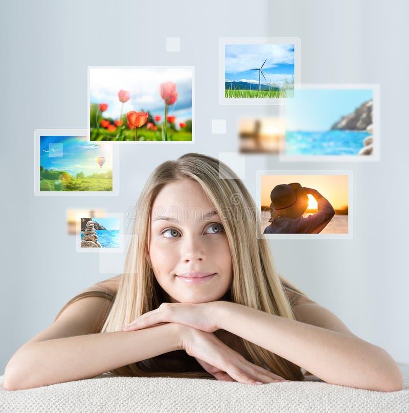 Ritratto di giovane donna felice con le memorie di vacanza di viaggio immagini stock libere da diritti