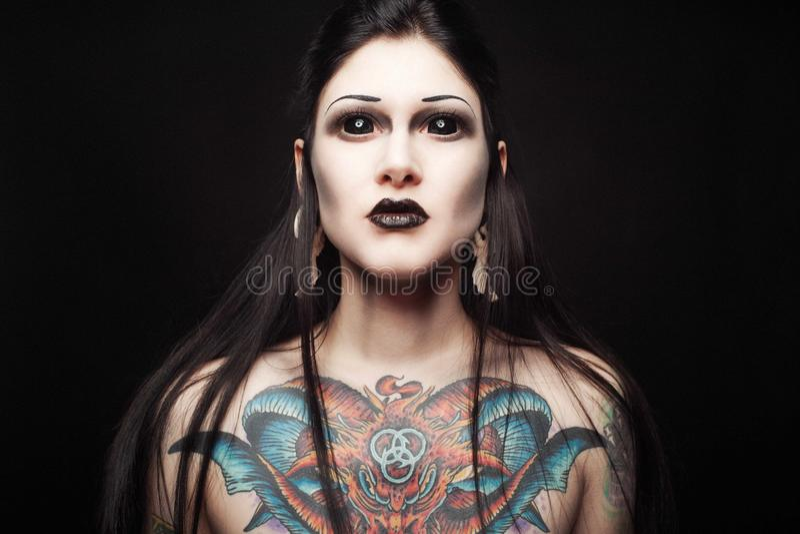 Ritratto di giovane donna gotica con gli occhi neri e la vista di spavento immagini stock libere da diritti