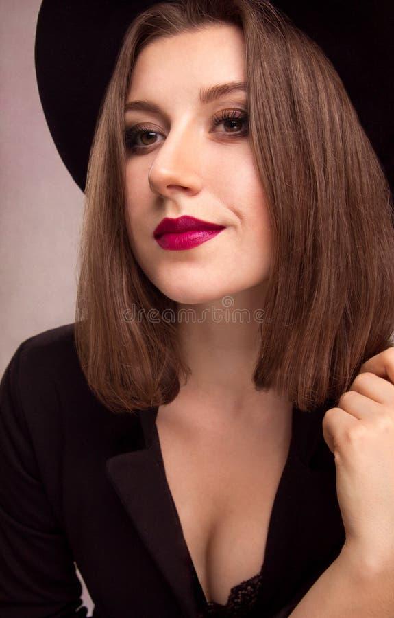 Ritratto di giovane donna graziosa in cappello fotografia stock libera da diritti