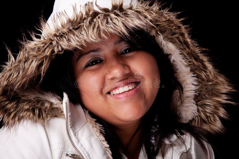 Ritratto di giovane donna latina con un cappuccio simile a pelliccia fotografie stock libere da diritti