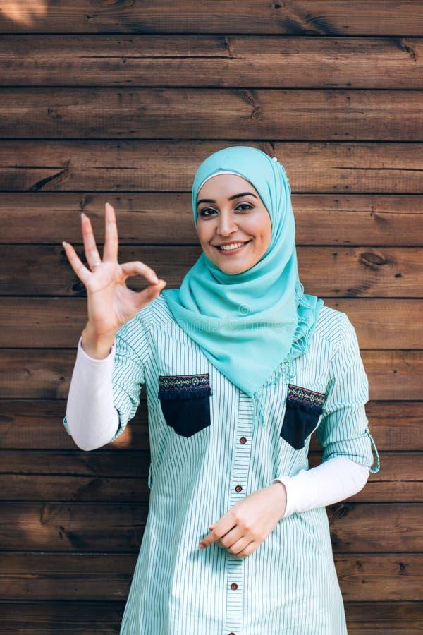 Ritratto di giovane donna musulmana graziosa su una via fotografia stock libera da diritti
