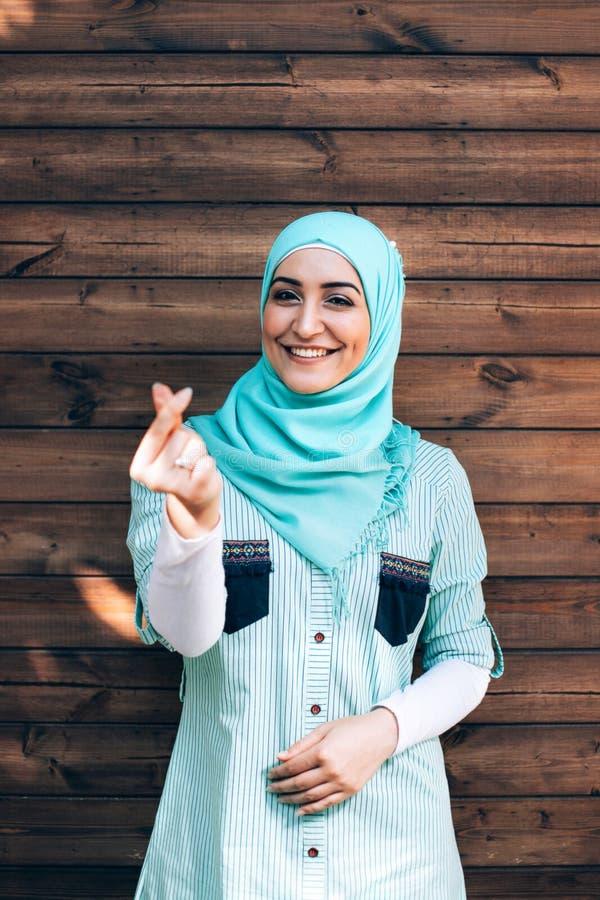 Ritratto di giovane donna musulmana graziosa su una via fotografia stock