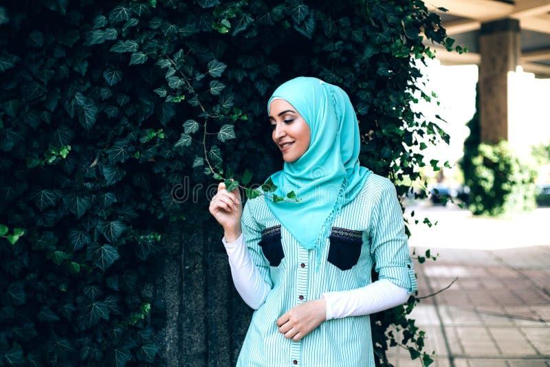 Ritratto di giovane donna musulmana graziosa su una via fotografie stock