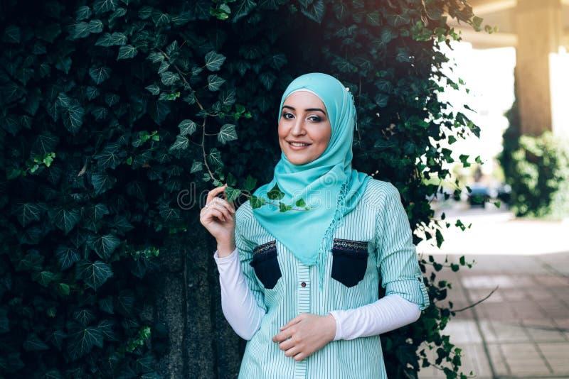 Ritratto di giovane donna musulmana graziosa su una via immagini stock libere da diritti