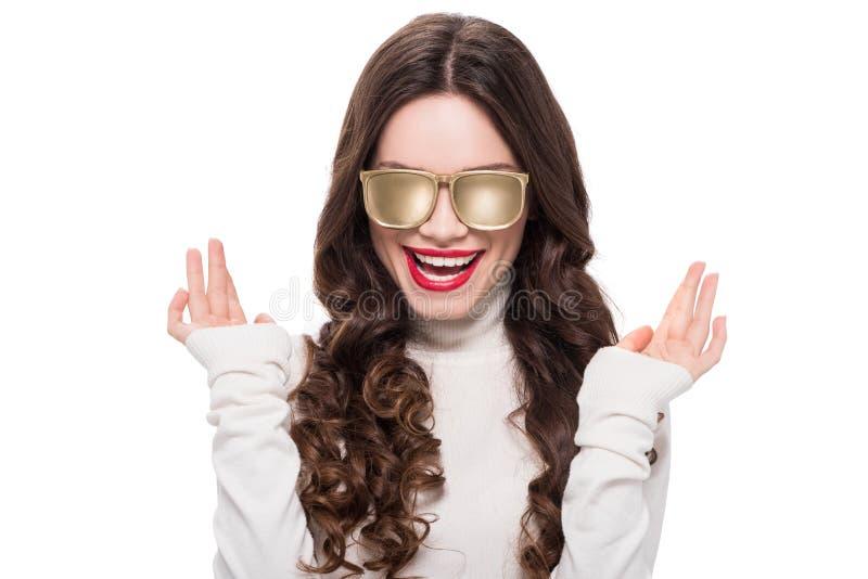 Ritratto di giovane donna di risata con gli occhiali da sole opachi d'uso dell'oro di trucco luminoso, immagini stock
