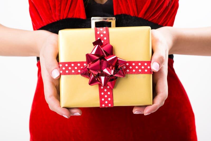 Ritratto di giovane, donna sexy Santa con i contenitori di regalo immagini stock libere da diritti