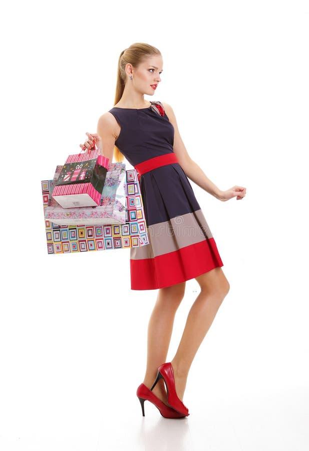 Ritratto di giovane donna sorridente felice con i sacchetti della spesa fotografie stock