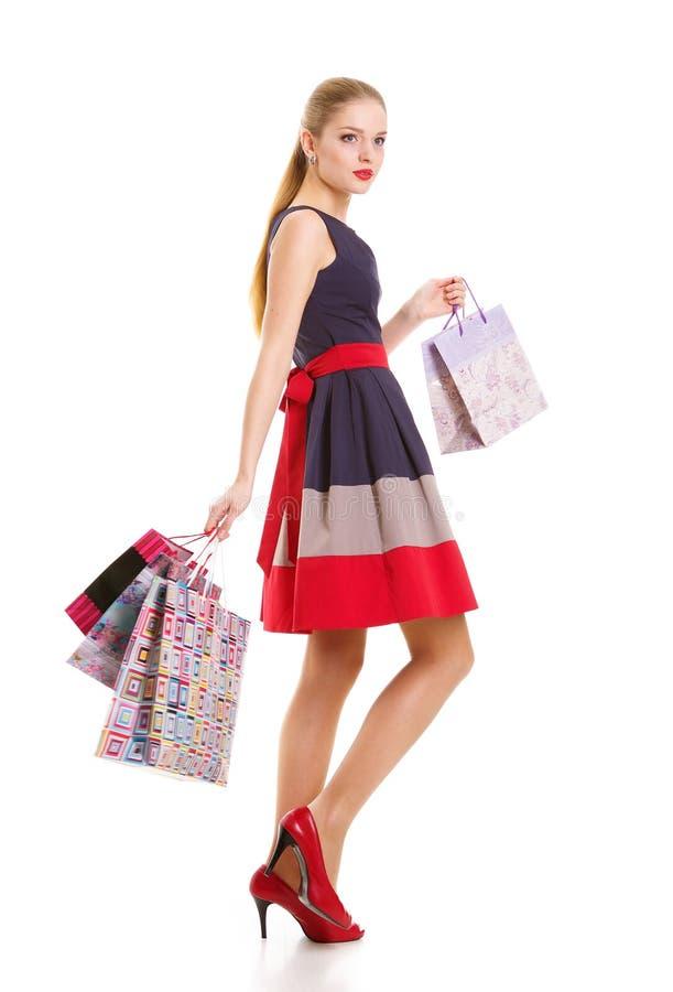 Ritratto di giovane donna sorridente felice con i sacchetti della spesa fotografia stock