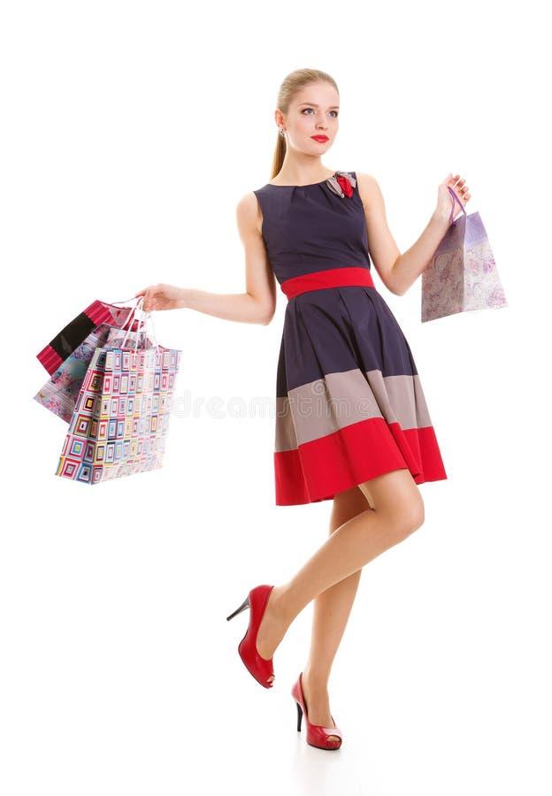 Ritratto di giovane donna sorridente felice con i sacchetti della spesa immagini stock libere da diritti