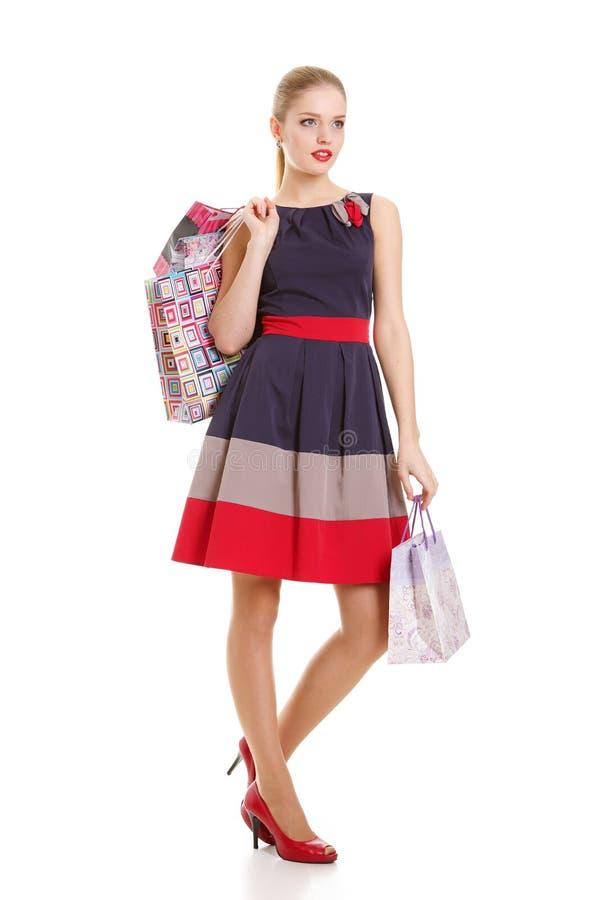 Ritratto di giovane donna sorridente felice con i sacchetti della spesa immagine stock