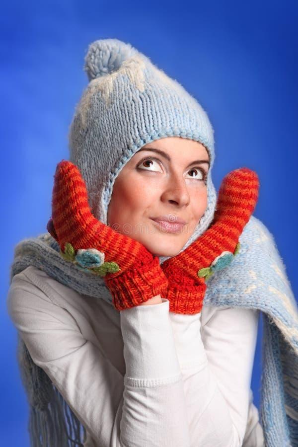 Ritratto di giovane donna sorridente in un cappello blu fotografia stock