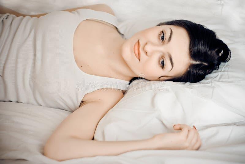 Ritratto di giovane donna sveglia che dorme sulla base immagine stock libera da diritti