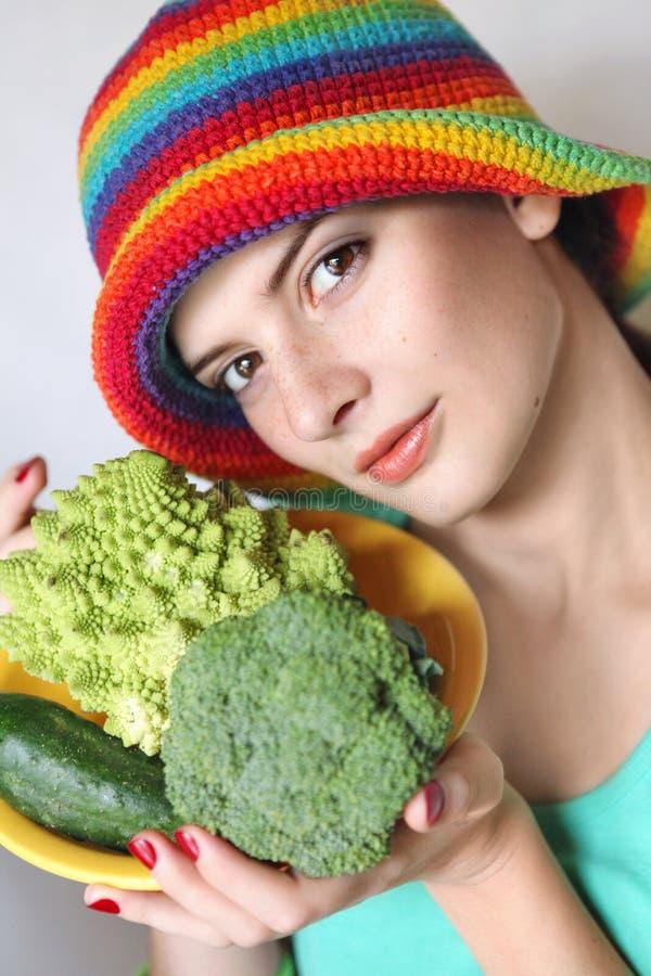 Ritratto di giovane donna in un cappello immagini stock libere da diritti