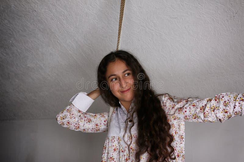 Ritratto di giovane donna zingaresca nella camicia di notte fotografie stock libere da diritti