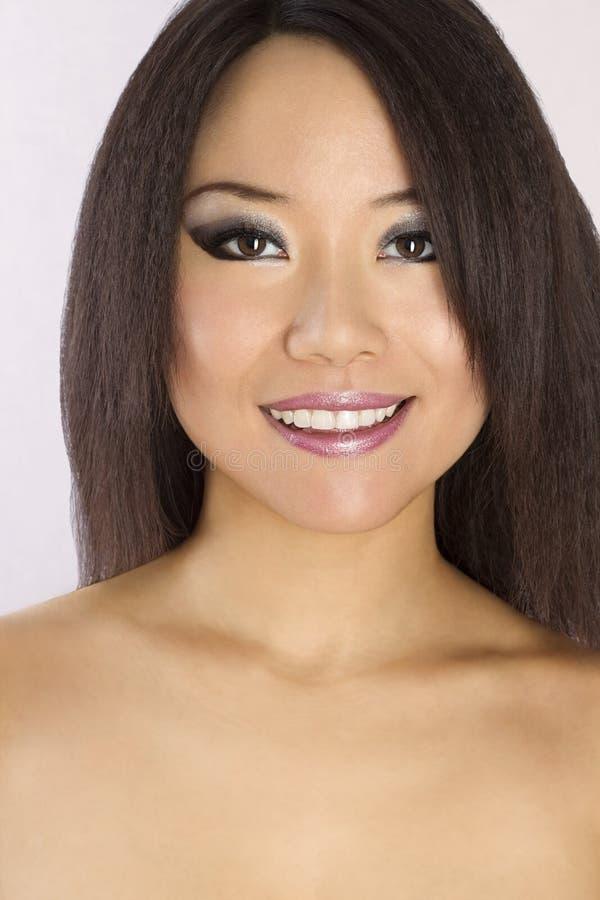 Ritratto di giovane e bella donna asiatica. immagini stock
