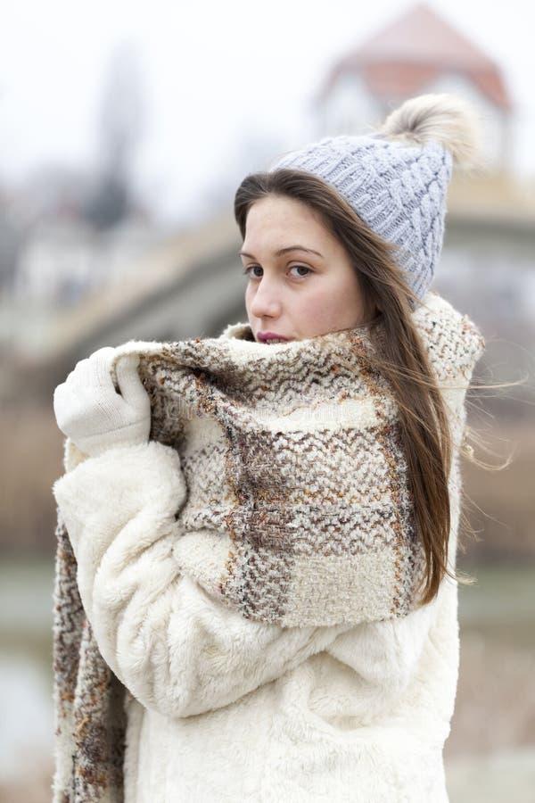 Ritratto di giovane e bella donna con il cappuccio e la sciarpa in w fotografie stock libere da diritti