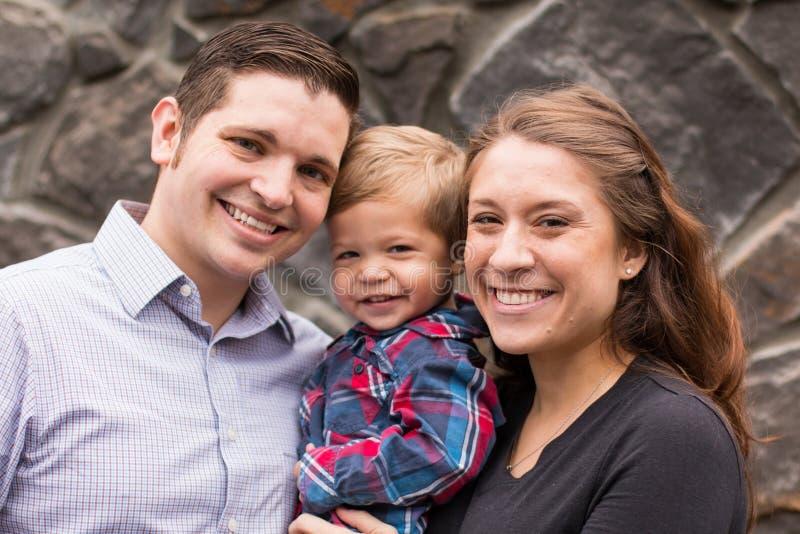 Ritratto di giovane famiglia con donne incinte ed il padre immagini stock libere da diritti