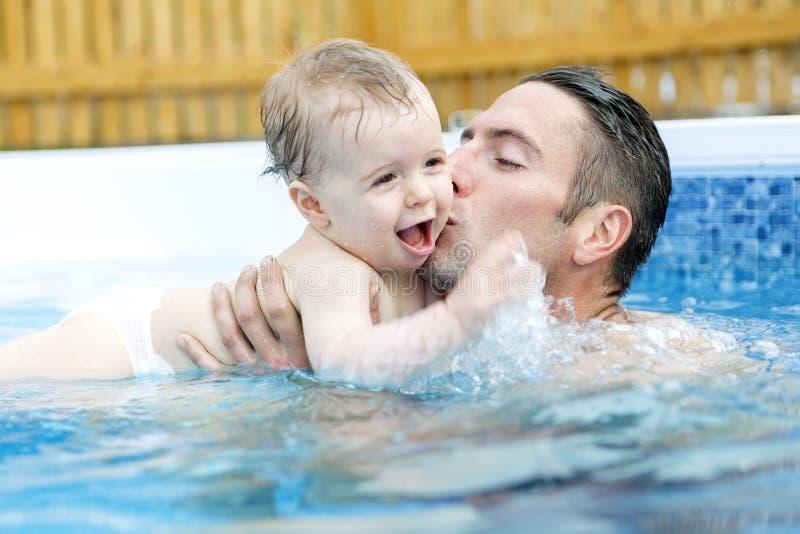 Ritratto di giovane famiglia con il bambino ed il bambino dentro immagine stock