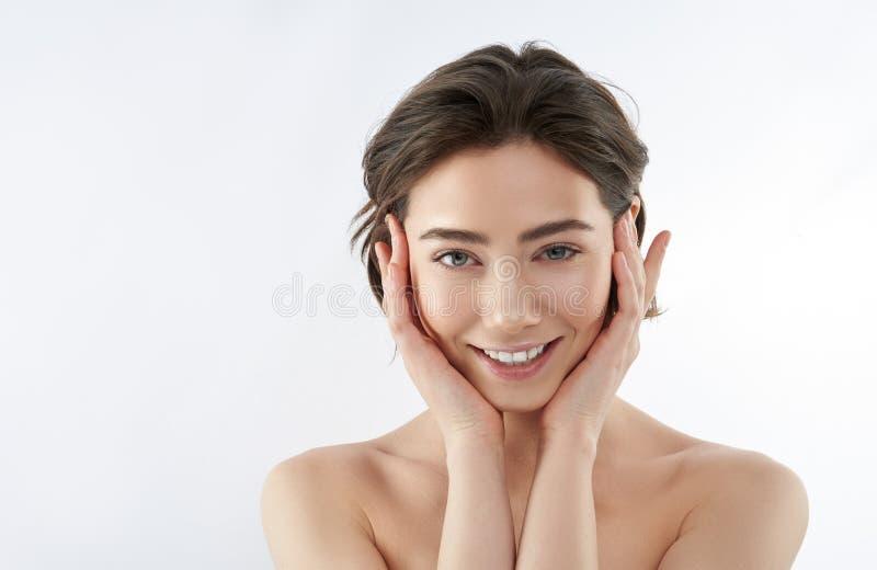 Ritratto di giovane femmina castana sorridente tenera fotografie stock