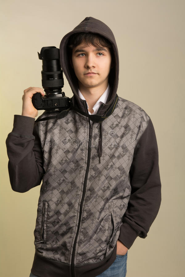 Ritratto di giovane fotografo con una macchina fotografica professionale immagine stock libera da diritti