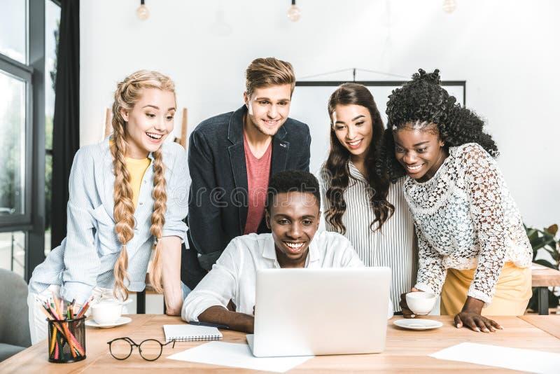 ritratto di giovane funzionamento multietnico del gruppo di affari fotografie stock