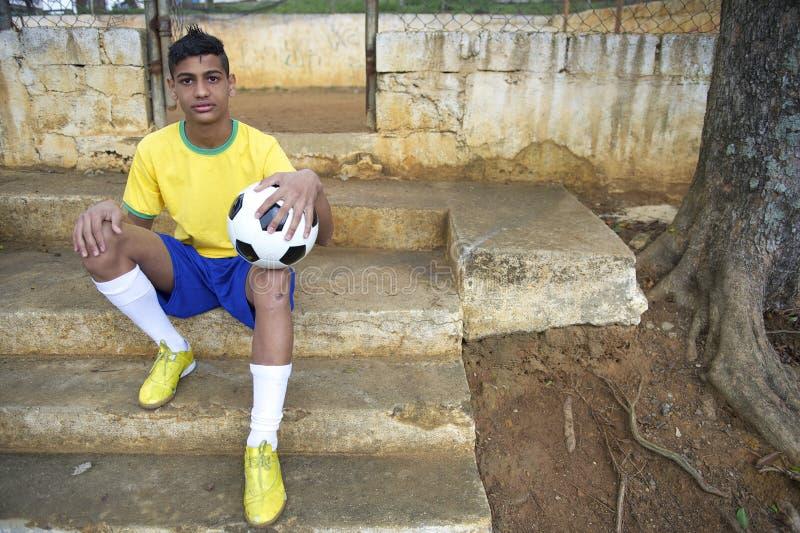 Ritratto di giovane giocatore di football americano brasiliano di calcio fotografie stock libere da diritti