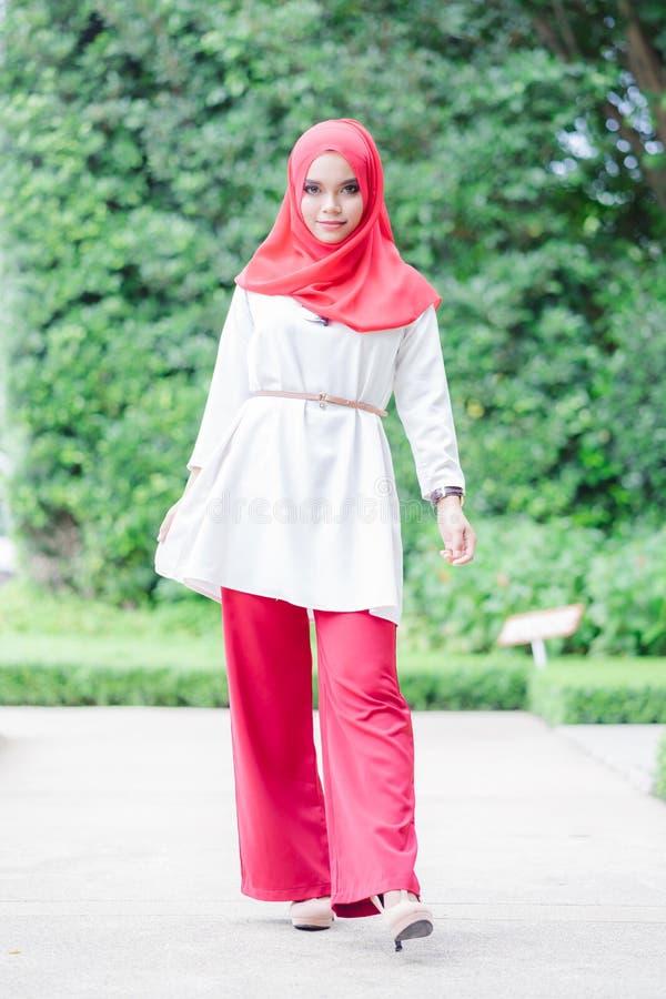 Ritratto di giovane hijab musulmano felice di rosso della donna immagine stock libera da diritti