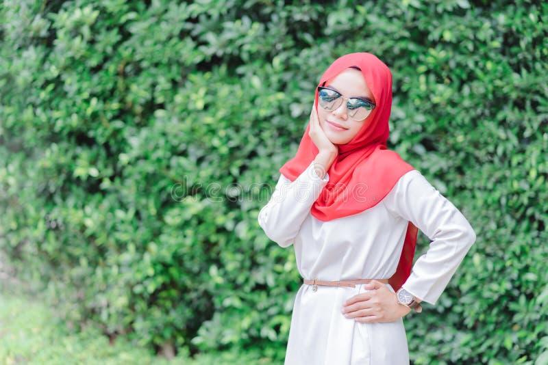 Ritratto di giovane hijab musulmano felice di rosso della donna immagine stock
