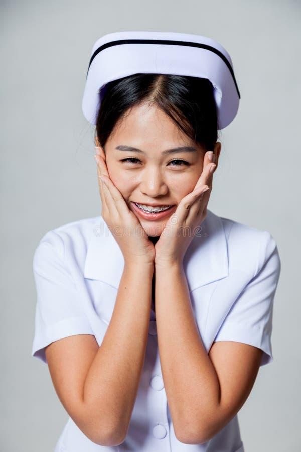 Ritratto di giovane infermiere asiatico molto felice fotografia stock