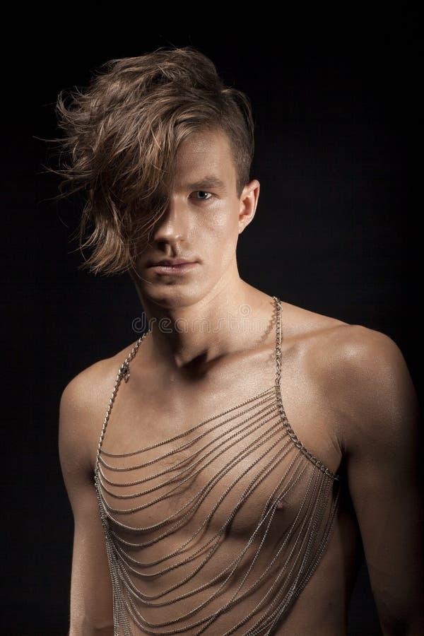 Ritratto di giovane metrosessuale romantico dell'uomo con i capelli di Shaddy fotografia stock libera da diritti