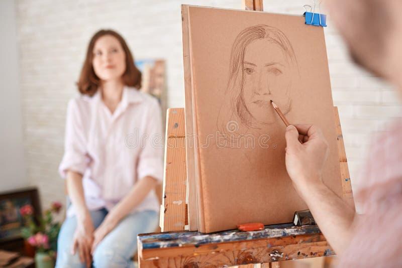 Ritratto di giovane modello in Art Studio immagine stock