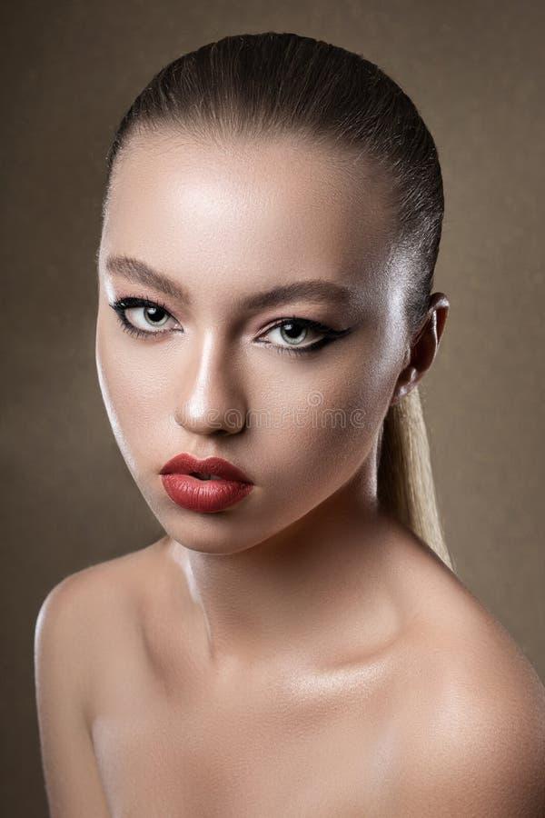 Ritratto di giovane modello attraente della ragazza Trucco luminoso di sera Pelle perfetta atelier Donna immagini stock libere da diritti