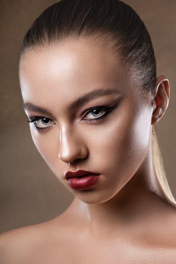 Ritratto di giovane modello attraente della ragazza Trucco luminoso di sera Pelle perfetta atelier Donna fotografia stock