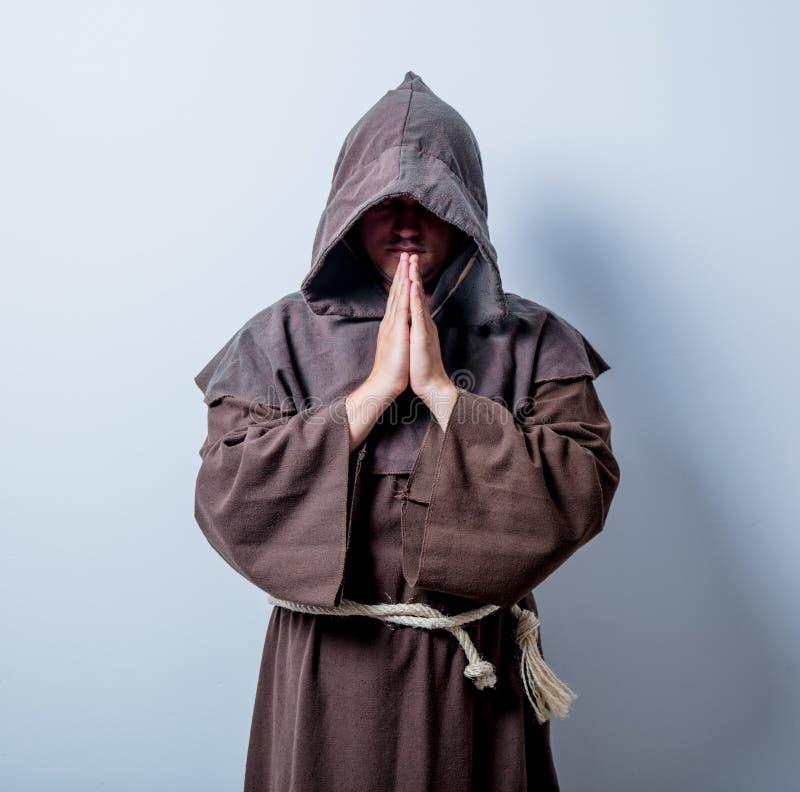 Ritratto di giovane monaco cattolico immagini stock libere da diritti