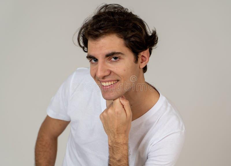 Ritratto di giovane posa bella dell'uomo felice per la macchina fotografica Concetto e stile di vita di bellezza fotografie stock