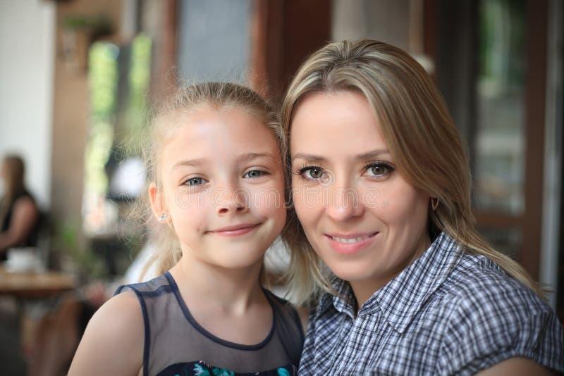 Ritratto di giovane primo piano sorridente della figlia e della madre all'aperto immagini stock