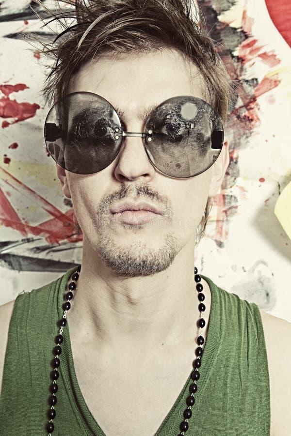 Ritratto di giovane punk in occhiali da sole rotondi immagini stock libere da diritti