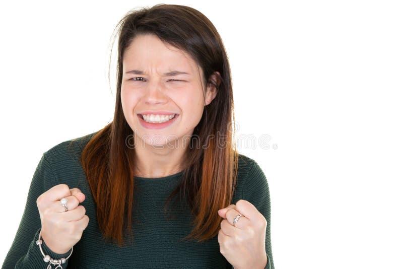 Ritratto di giovane ragazza castana felice che celebra successo fotografie stock libere da diritti