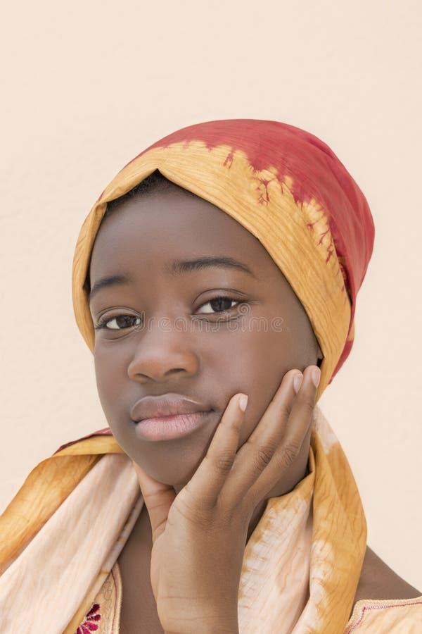 Ritratto di giovane ragazza di afro che indossa un foulard tradizionale immagine stock libera da diritti