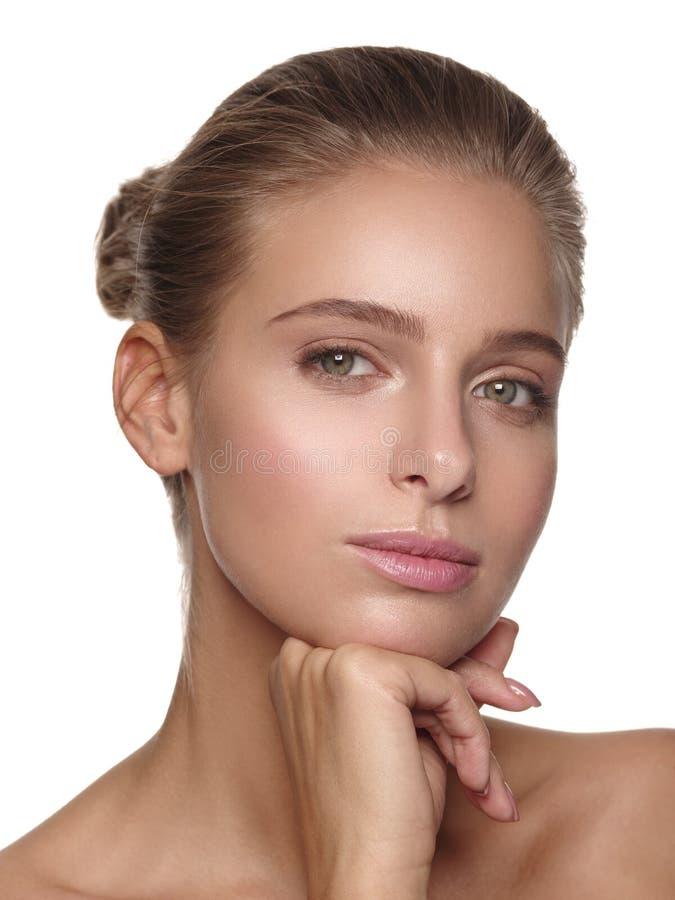 Ritratto di giovane ragazza europea con pelle liscia pulita e sana pura con trucco nudo immagini stock libere da diritti