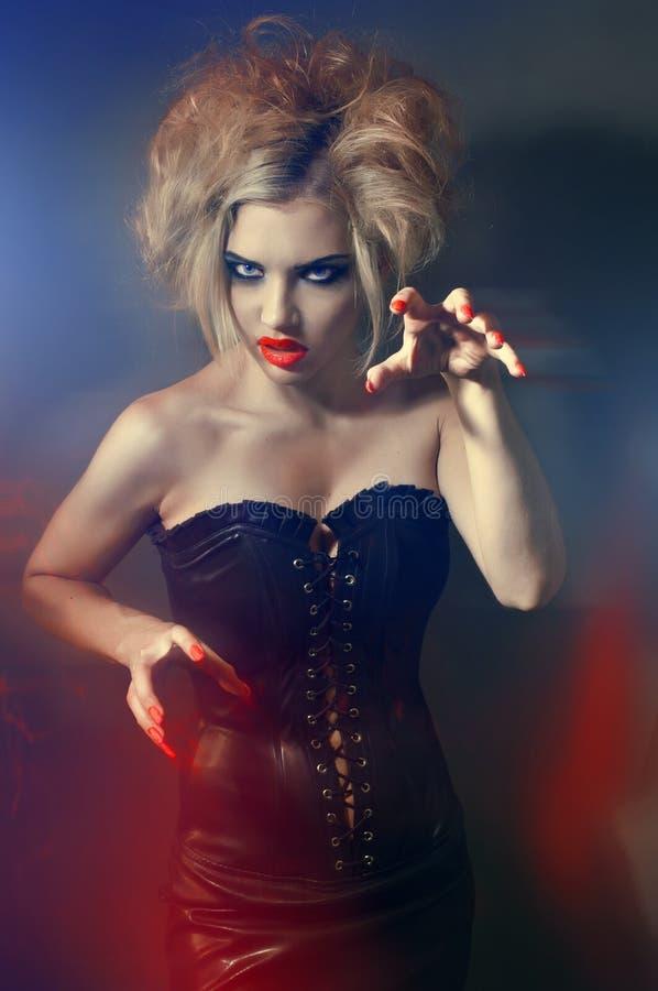 Ritratto di giovane ragazza gotica con gli orli rossi immagini stock