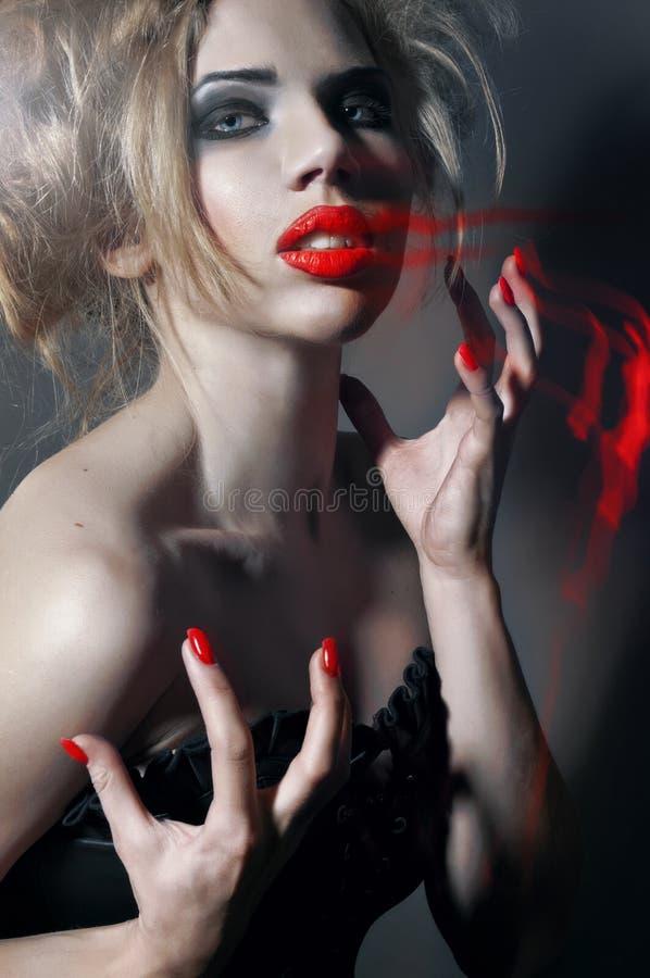Ritratto di giovane ragazza gotica con gli orli rossi immagine stock libera da diritti