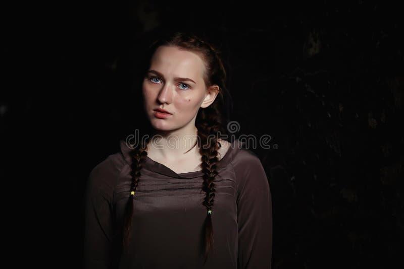 Ritratto di giovane ragazza graziosa spaventata fotografie stock libere da diritti