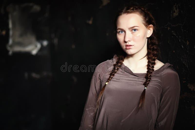 Ritratto di giovane ragazza graziosa spaventata immagine stock