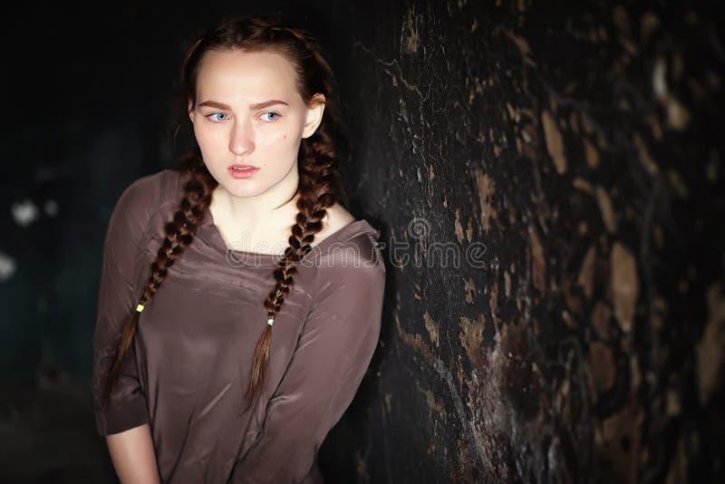 Ritratto di giovane ragazza graziosa spaventata fotografia stock libera da diritti
