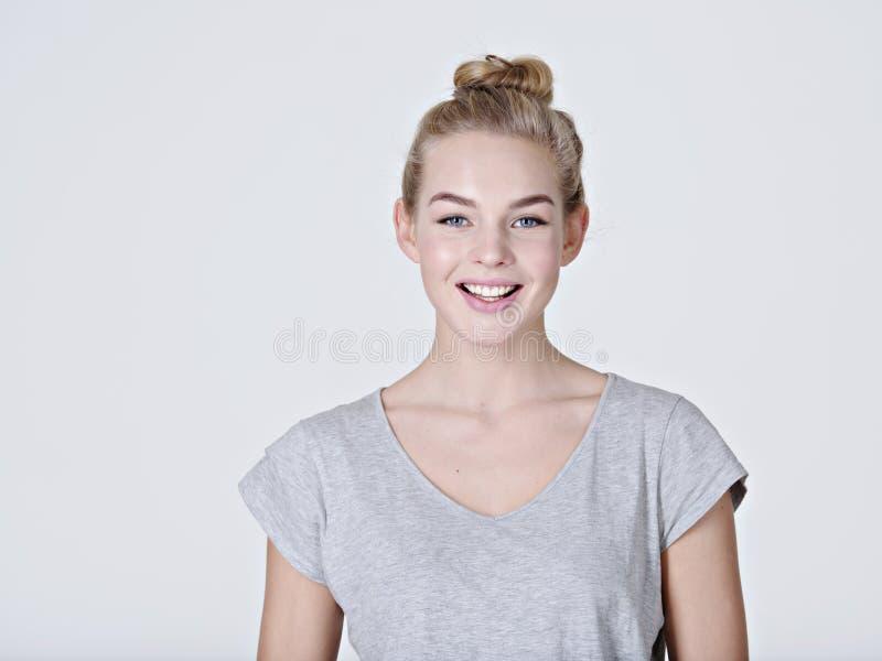 Ritratto di giovane ragazza sorridente immagini stock libere da diritti